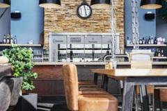 Holztisch mit Theke
